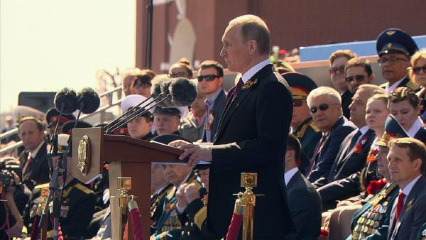 Мы не позволим переписать историю: Путин поздравил соотечественников с Днем Победы