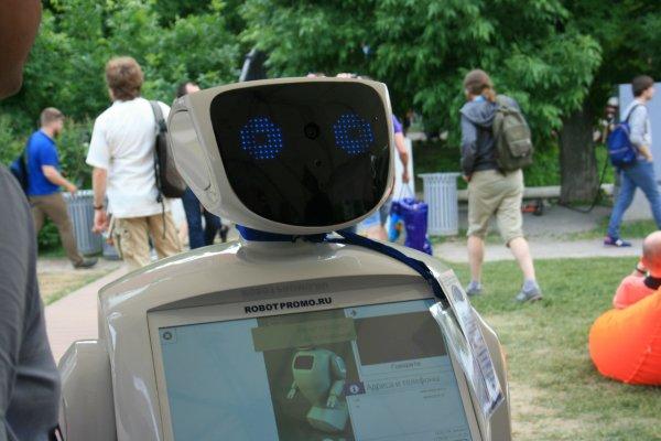 Робот-промобот исполнил песню для ветеранов ВОВ в Москве