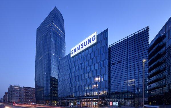 Samsung выпустил Galaxy S9 с губной помадой