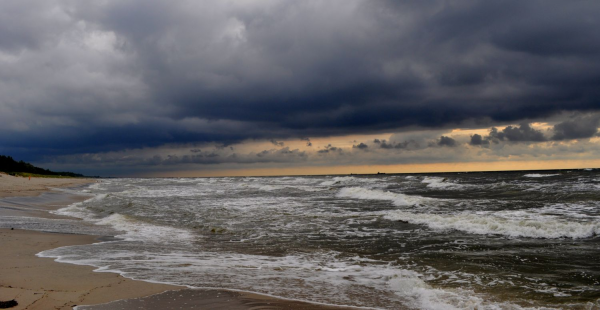 Во время грозы из глубин Балтийского моря вылетел НЛО