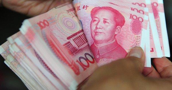 «Этого недостаточно»: в Китае девушка бросила чемодан с 20 млн рублей, которые она потребовала после расставания