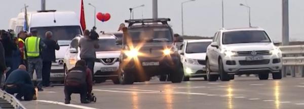 Движение на Крымском мосту открыли сотни автомобилистов и байкеров