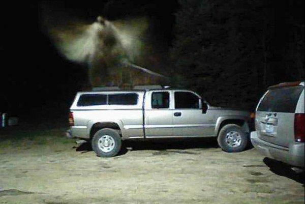 В США пожарный снял на камеру архангела с мечом во дворе своего дома