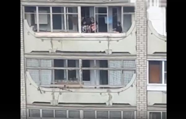В Кирове подростки кидают камнями в посетителей поликлиники