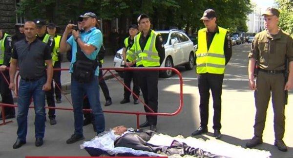 Против коррупции: Жителя Боярки принесли к администрации Порошенко гроб с чучелом