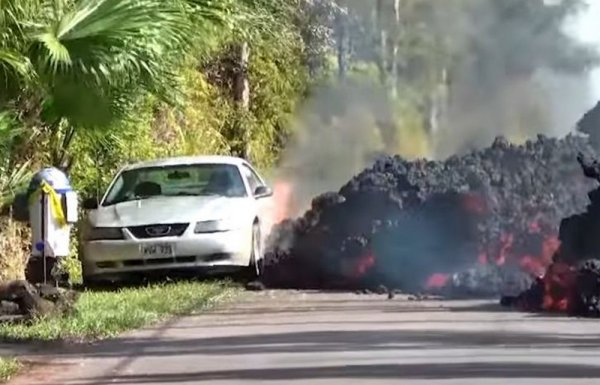Обнародовано видео «съедающей» дороги лавы на Гавайях