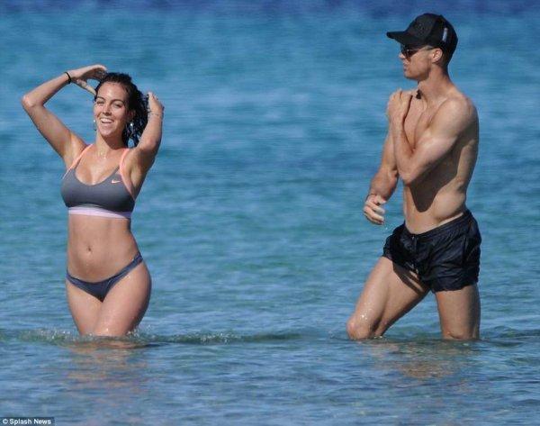 Роналду развлекается на пляже с Родригес за два дня до финала ЛЧ