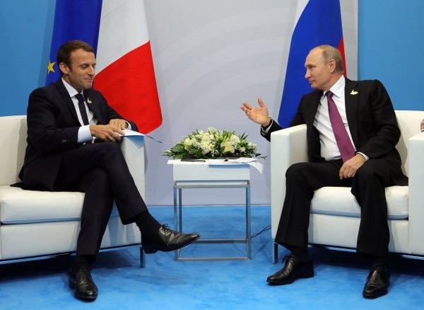 Макрон подарил Путину синего петуха на ПМЭФ