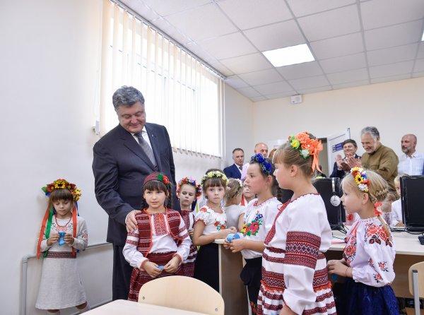 Лишь бы его не видеть: Выступление Порошенко довело до потери сознания украинских школьников
