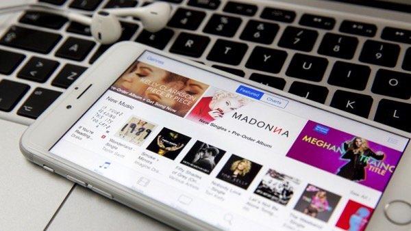 Компания Apple планирует снизить цены на музыку
