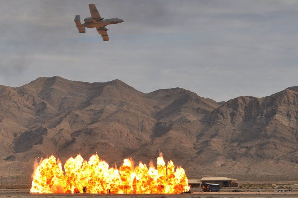 Российский дрон заснял уничтожение авиаударами завода боевиков в Идлибе