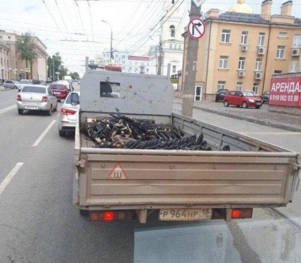 В Ижевске автоматы Калашникова перевозят без предосторожностей