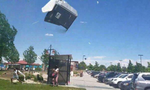 Биотуалет с фекалиями летал над головами людей в Колорадо