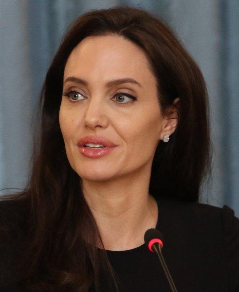 Анджелина Джоли пытается забыть про развод с помощью работы