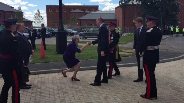 Тереза Мей едва не рухнула на колени при виде принца Уильяма