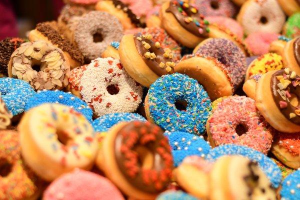 «Голые игры»: Обнаженные спортсмены соревновались в поедании пончиков