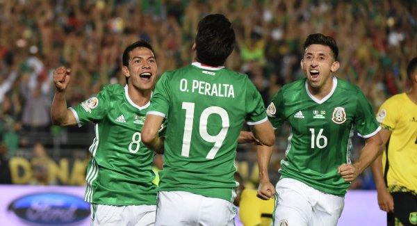 Игроки сборной Мексики попросили болельщиков не шуметь у отеля