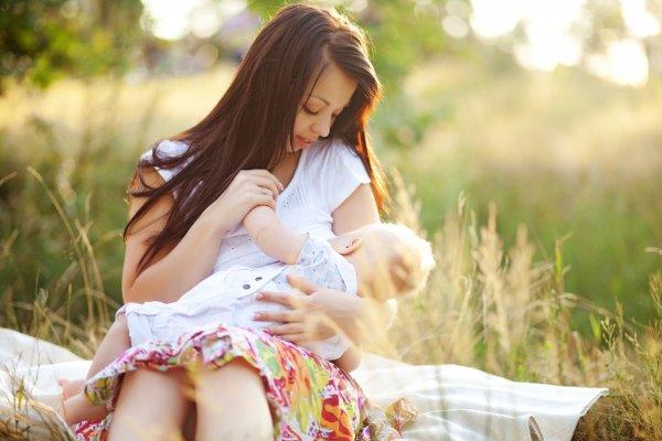 Мать кормит грудью 7-летнего сына, чтобы он всегда был спокоен