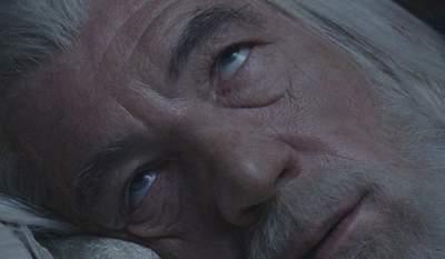 Медики рассказали, почему некоторые люди спят с открытыми глазами