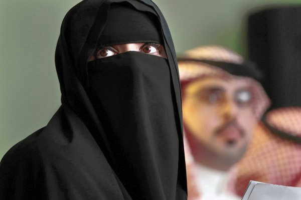 В Саудовской Аравии журналистку затравили за развевающееся на ветру платье
