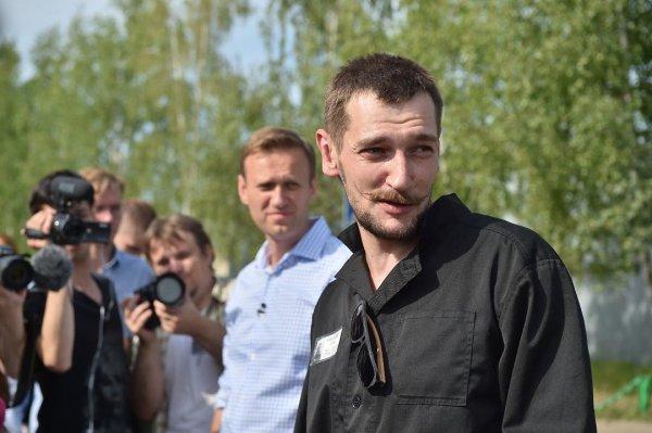 Ведро, ликер и Zippo: брат Навального сжег арестантскую робу