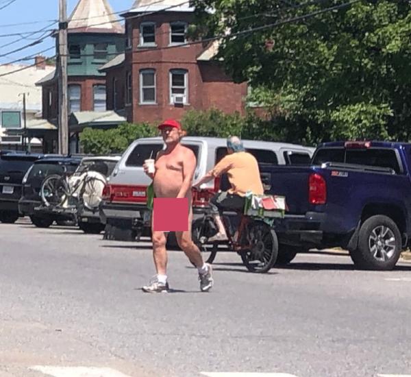 В США пешеход разделся догола из-за жары
