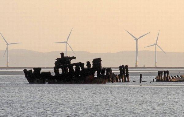 Фотографу удалось запечатлеть ужасающий корабль-призрак у берегов Ливерпуля