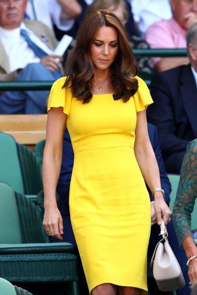 «Будто и не рожала!»: Кейт Миддлтон в ярком платье очаровала модельной фигурой