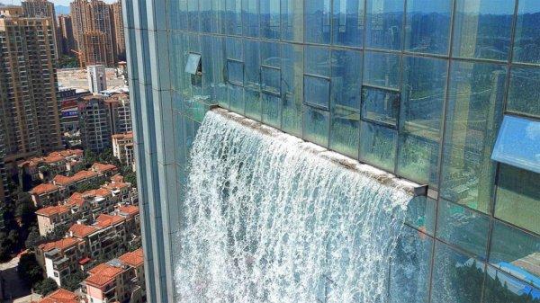 В Китае на небоскребе создали искусственный 108-метровый водопад