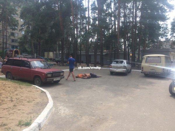 В Воронеже спящие на парковке мужчины смутили случайных прохожих