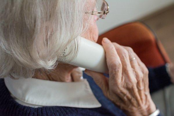 МТС забыли о пенсионерах: 80-летняя бабушка не может дозвониться до оператора